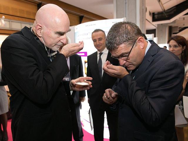 François Arcand, Chef de l'initiative in silica™, présente les technologies in silica™ à Christophe Sirugue, secrétaire d'état français à l'Industrie, lors du salon Cosmetic 360 au Louvre (Paris)