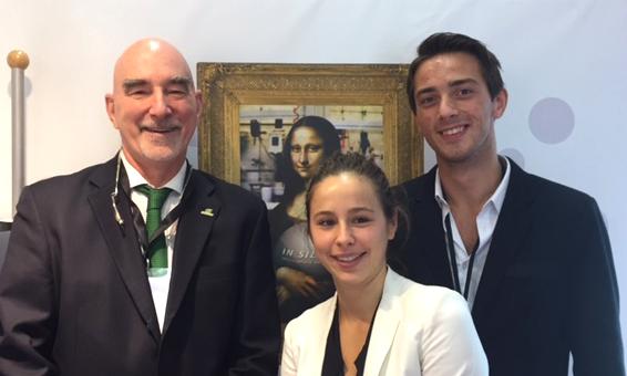 François Arcand, chef de l'initiative in silica™ à SiliCycle, avec Clémence Benatar et Dylan Poiret de l'Université du Havre, gagnants du premier prix du Défi Cosmétique in silica™ 2016